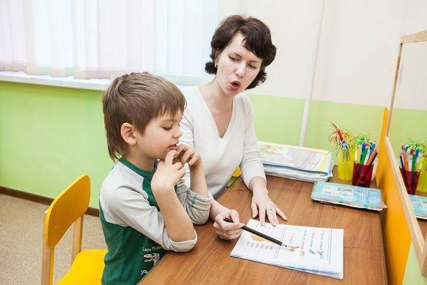 Логопед занимается с ребенком с помощью интересных заданий