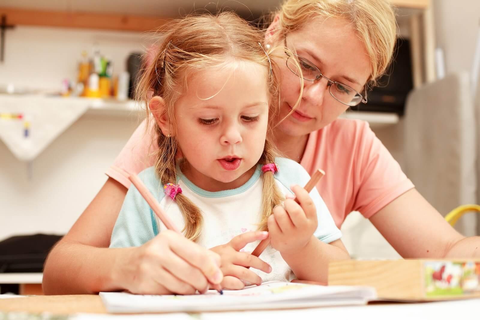Мама делает уроки с ребенком