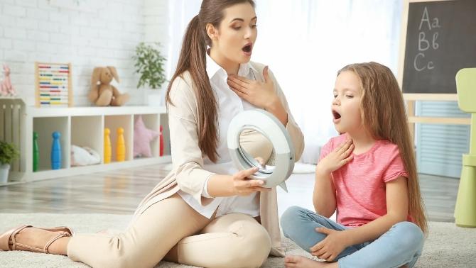 Ребенок говорит скороговорки для развития речи