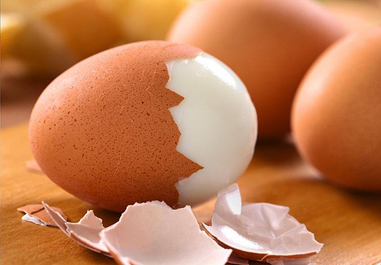 Чистка вареного яйца